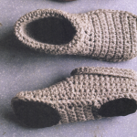 Learn how to DIY your own booties.  DIY Booties, Crochet Booties, DIY Crochet Booties, Crochet Crafts, DIY Crochet Crafts, Easy Crochet Crafts, Simple Crochet Crafts, Popular Pin #CrochetCrafts #EasyCrochetCrafts
