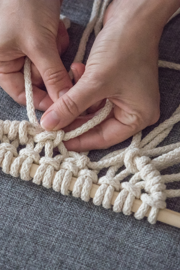 Macrame DIY can be tough to master, but with a little patience and persistence, you can learn how to tie macrame knots and make incredible projects. You'll want to know the double half hitch knot!