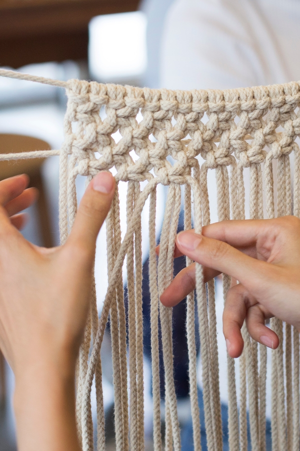 Macrame DIY can be tough to master, but with a little patience and persistence, you can learn how to tie macrame knots and make incredible projects. The half hitch knot is a basic working knot that can be done from the left or right.