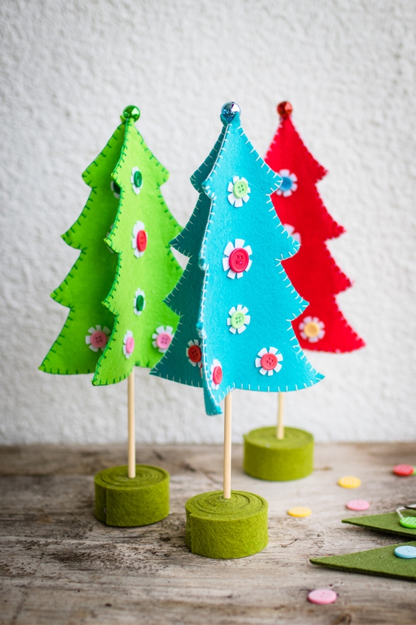 Are you trying to find non-edible neighbor Christmas gifts this year? Why not hold a craft night. It's a fun gift to give and it gives you an excuse to get together.